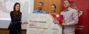 urucenje-nagrade-Ivana-Ravlic-i-pobjednicki-tim-625x250